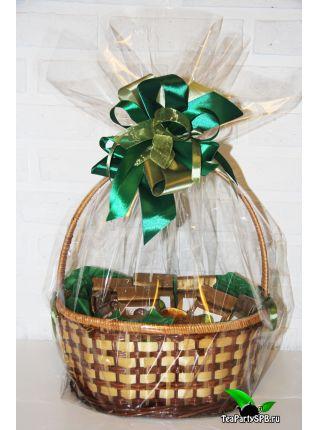 Подарочная корзина с чаем, заварочной кружкой и сладостями - «Чай - лучший подарок»
