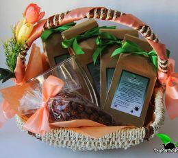 Подарочная корзина с чаем, сладостями и кружкой «Весенние фантазии»